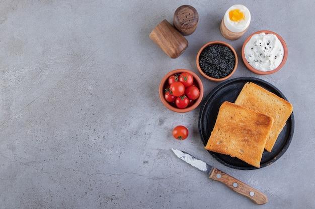 Desayuno matutino colocado sobre un fondo de mármol.