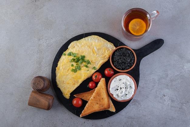 Desayuno matutino colocado sobre una superficie de mármol.