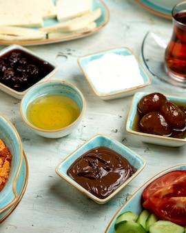 Desayuno de miel de chocolate y mermelada de higos