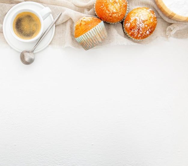 Desayuno con muffins y vista superior de café.