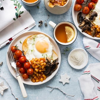 Desayuno navideño con frijoles tostadas y huevo fotografía de alimentos.