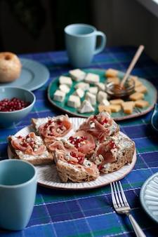 Un desayuno nutritivo y sabroso para dos: manzanas al horno, rebanadas de baguette con salmón ahumado y queso crema suave
