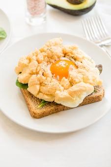 Desayuno con pan integral tostado y huevo de nube