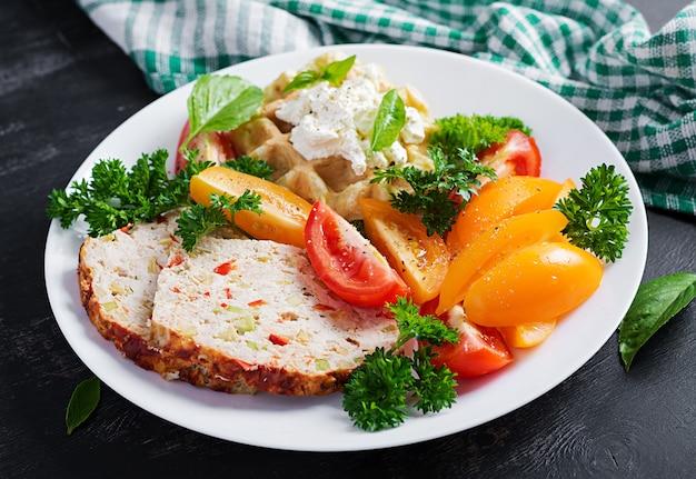 Desayuno. pastel de carne de pollo y ensalada fresca y barquillo. almuerzo o cena saludable. comida sana.