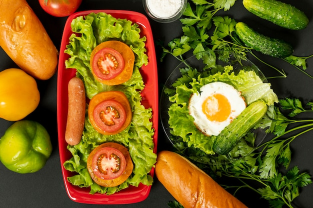 Desayuno plano de proteínas en fondo liso