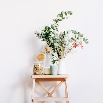 Desayuno y planta en taburete