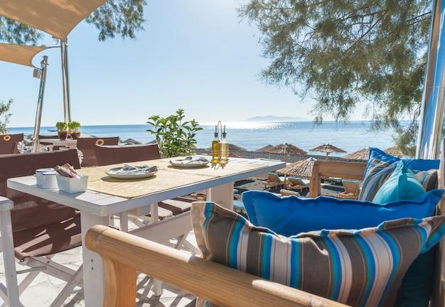 Desayuno en la playa de la isla de santorini.
