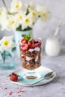 Desayuno de primavera con flores, tartas de queso y bayas frescas