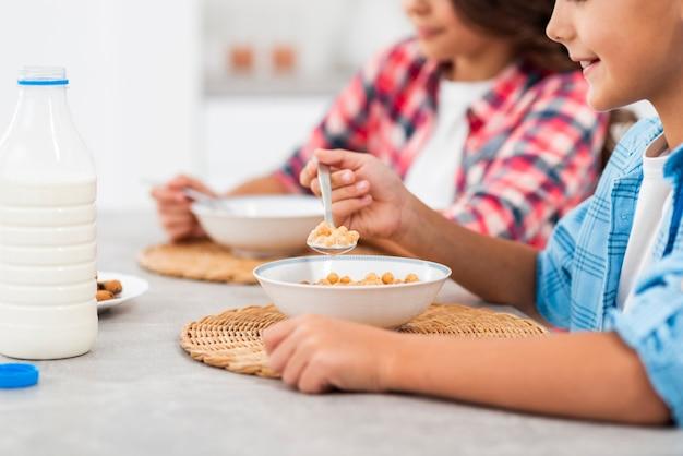 Desayuno en primer plano para hermanos