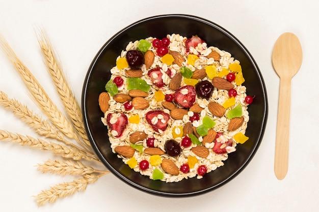 Desayuno proteico equilibrado con muesli. frutas bayas semillas, nueces.