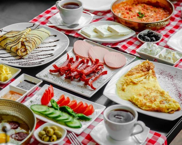 Desayuno puesto en la mesa