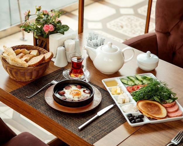 Desayuno en el restaurante cerca de la ventana.