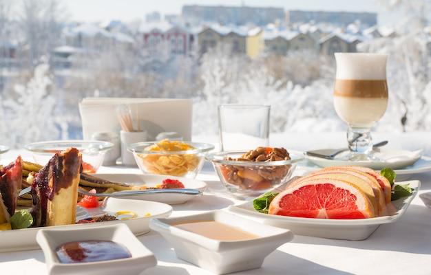 Desayuno en el restaurante en el invierno cubierto de nieve al aire libre.