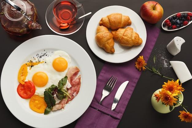 Desayuno en el restaurante con tocino y huevos fritos.