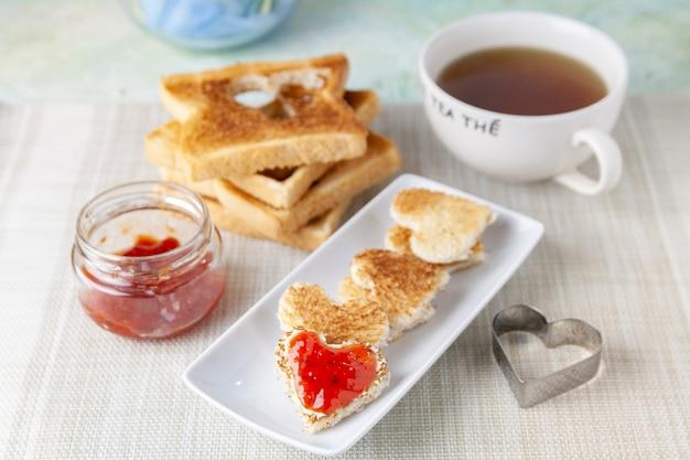 Desayuno romántico con tostadas y té.
