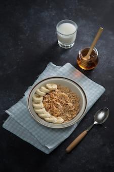 Desayuno sabroso y saludable: frutas, copos de maíz, leche y miel.