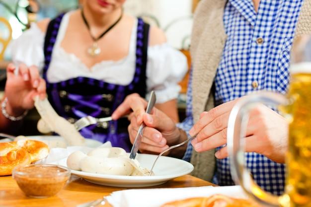 Desayuno con salchicha de ternera blanca bávara