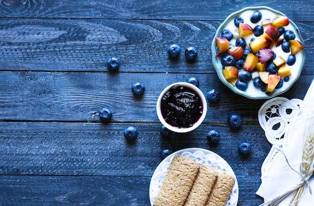 Desayuno saludable con arándanos y yogurt de plátano