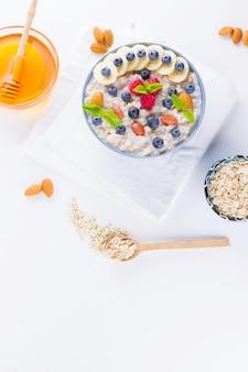 Desayuno saludable. avena con arándanos, plátano y frambuesa