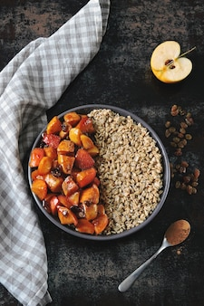 Desayuno saludable con avena y manzanas caramelizadas con canela.