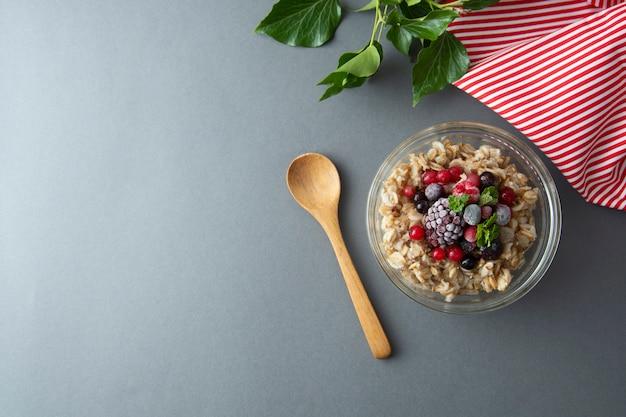 Desayuno saludable con avena, moras y menta. durante la noche gachas de avena con frutas.
