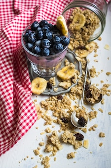 Desayuno saludable con bayas y cereales.