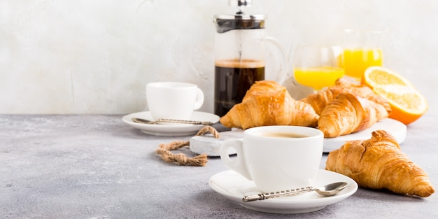 Desayuno saludable con café y cruasanes.