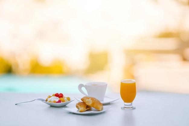 Desayuno saludable en la cafetería al aire libre por la mañana.