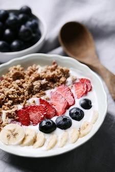 Desayuno saludable con cereales y frutas.