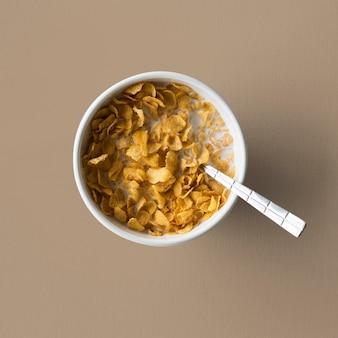 Desayuno saludable con leche de copo de maíz