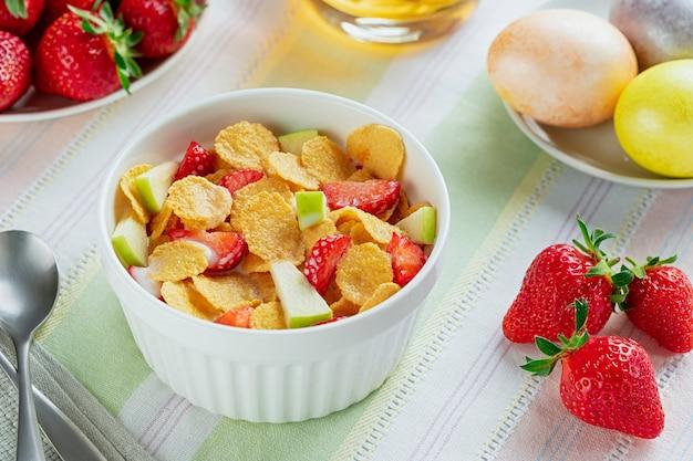 Desayuno saludable copos de maíz y fresas con leche y huevos duros. bio saludable. de cerca