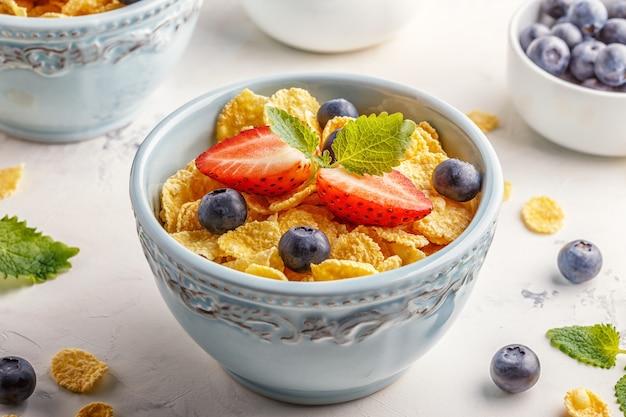 Desayuno saludable - copos de maíz con frutas y bayas