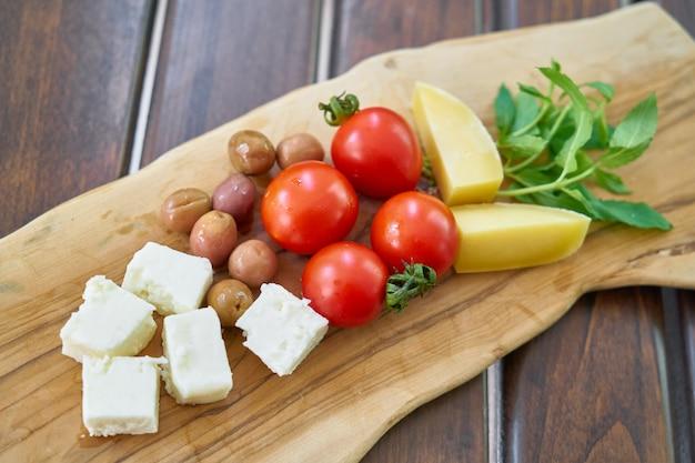 Desayuno saludable en el fondo de madera