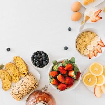 Desayuno saludable con frutas sobre fondo blanco