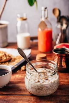 Desayuno saludable con granola casera, café turco, frutas y jugo recién exprimido