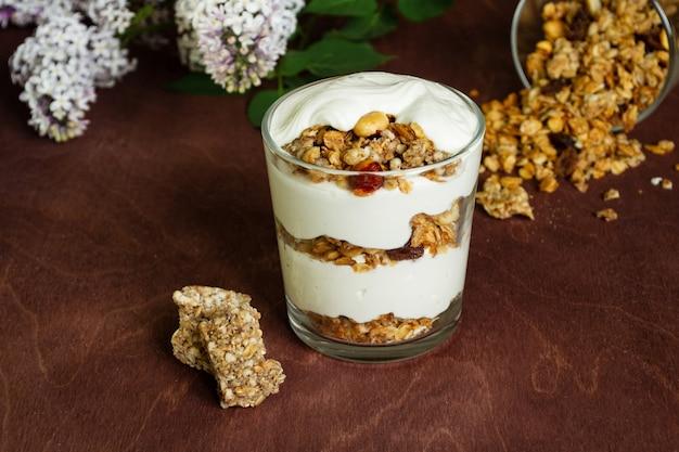 Desayuno saludable con granola y yogur casero en un vaso.