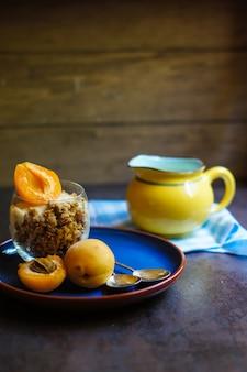 Desayuno saludable con granola y yogurt
