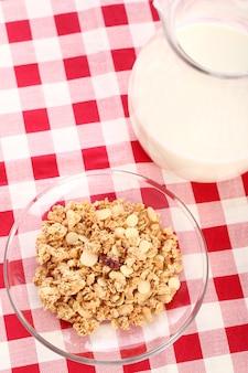Desayuno saludable con leche y cereal.