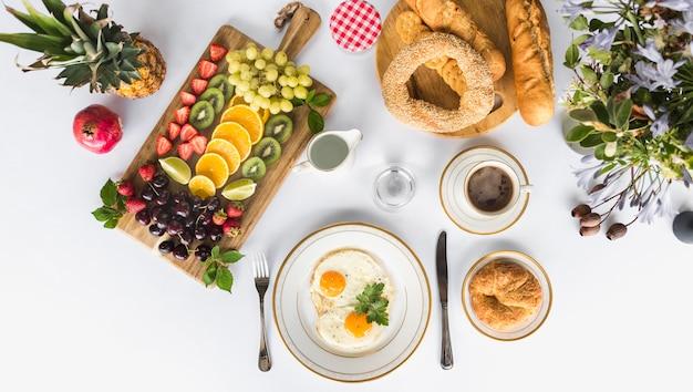 Desayuno saludable por la mañana sobre fondo blanco