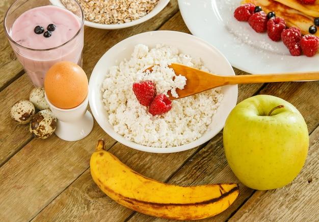 Desayuno saludable en mesa de madera