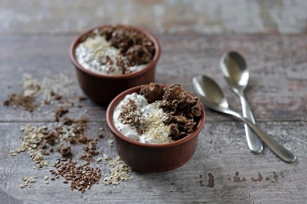 Desayuno saludable o postre con yogur griego, granola de chocolate y semillas. dieta keto.