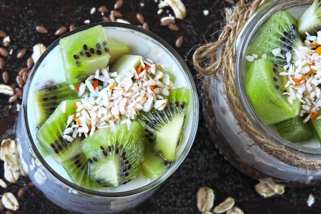 Desayuno saludable o postre. yogurt con granola y kiwi.