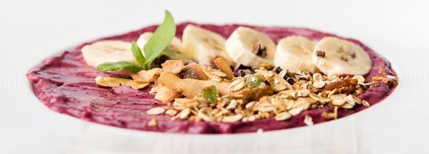 Desayuno saludable de plátano y pasta orgánica en placa
