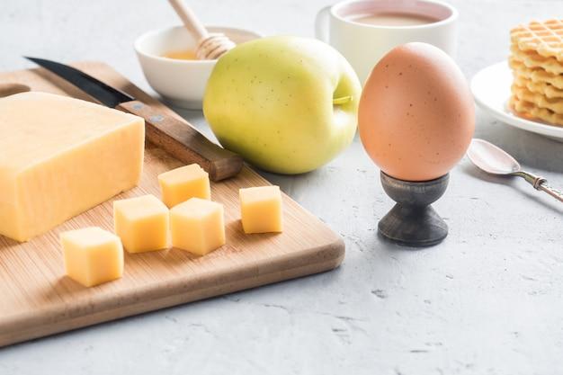 Desayuno saludable queso jugo café miel cacahuetes huevo galletas galletas café de apple enfoque selectivo.