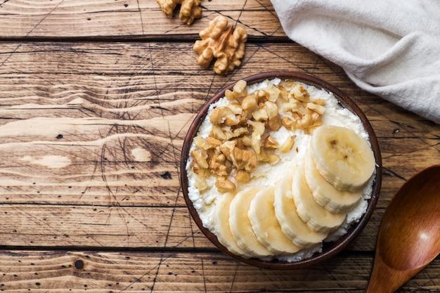 Desayuno saludable. requesón con plátano y nueces