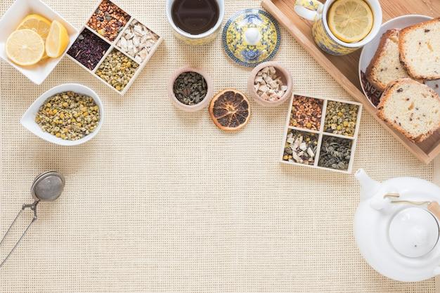 Desayuno saludable con variedad de hierbas e ingredientes en mantel