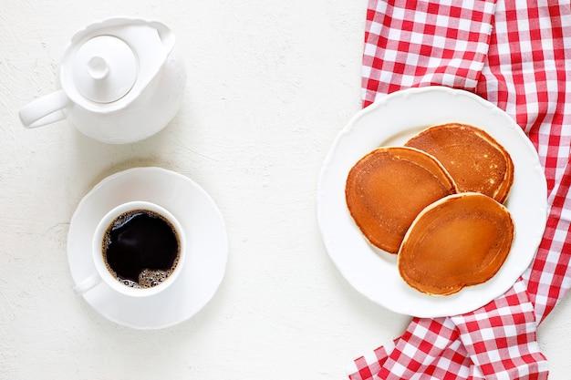 Desayuno saludable de verano, panqueques americanos clásicos caseros con bayas frescas y miel