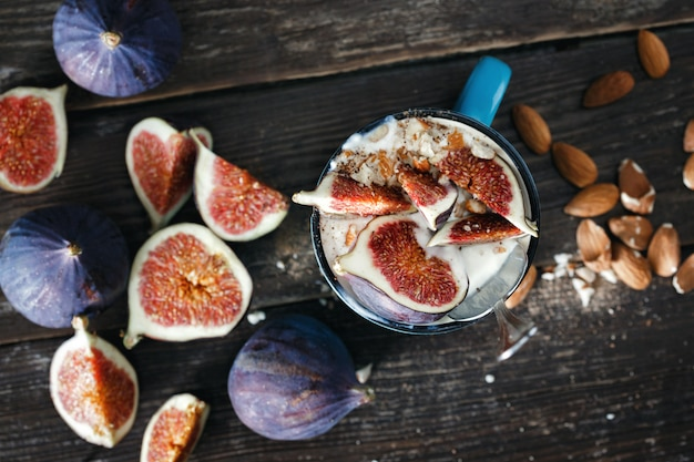 Desayuno saludable yogur natural almendras vista superior