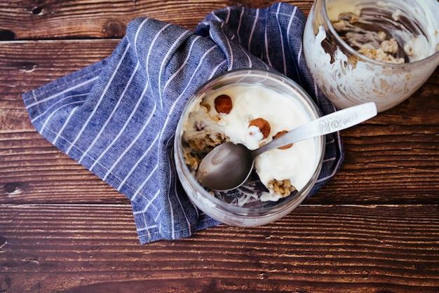 Desayuno saludable de yogurt y avena en mesa de madera