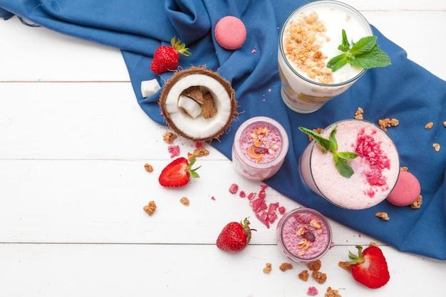 Desayuno saludable con yogurt, granola y fresas.